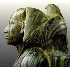 """""""تمثال للملك خفرع يحتضنه النسر حورس من الديوريت الأخضر وهو من اصلب الأحجار بعد الماس.. يوجد في المتحف المصري"""