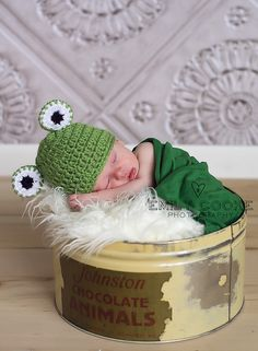 Crochet Frog beanie hat for newborn baby boy and girl photography photo prop - MADE TO ORDER. $22.00, via Etsy.
