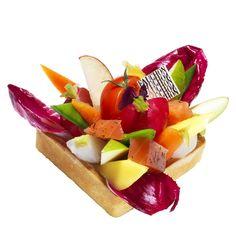 Sur un fond de tarte sablée au basilic frais, recouverte d'une crème mascarpone citronnée, se révèle une association fraîche et fleurie de fruits et légumes. De l'endive rouge, des tomates cerise en grappe, des pommes vertes Granny et rouges Red Chard, quelques petits navets-fanes, de la mangue, des fleurs, des radis... pour un choc de saveurs et de textures.