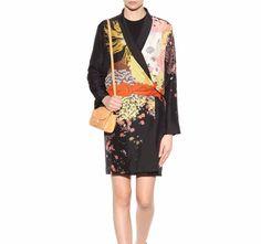 Spolverino DRIES VAN NOTEN : l'impronta Kimono, la leggerezza della seta e i colori della fantasia rendono il capo tra i più desiderati.