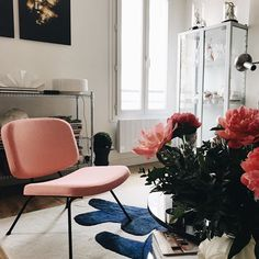 Friday yay 🎉 A long weekend is coming, and we would love to chill in @alexandre_fleveau and @dollingerg Parisian flat 👌🏽 Anemone rug by @francois.dumas 🐟 and Zorro table by @notedesignstudio ⚡️in good company with the pink Pierre Paulin seat! #lachance  #lachance_paris  #design #interiordesign #frenchdesign  #lovedesign  #designer #designers #decoration #interiors #furniture #furnituredesign #furnituredesigner #paulin #pierrepaulin #classics & #newclassic #love