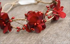 Cette couronne de fleurs (hortensia) et de baies est en taille enfant et, grâce au ruban qui se noue au dos de la tête elle s'adaptera à la plupart...