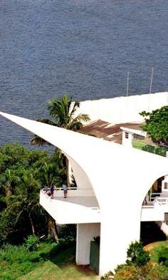 Inaugurado em 2002, o Memorial dos 500 anos, localizado no alto da Ilha Porchat, em São Vicente (SP), aponta uma linha imaginária para o Congresso Nacional, em Brasília; o local é aberto e oferece vista panorâmica da baía de Santos