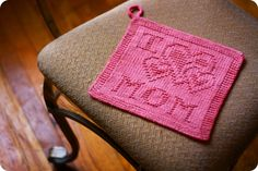 A free and easy kitchen dishcloth pattern to knit a surprise for mom this Mother's day.
