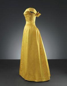 Cristóbal Balenciaga (1895-1972), Robe du soir de satin jaune, 1962
