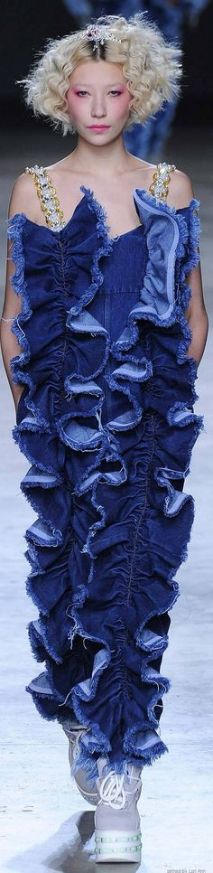 When they said jeans with ruffles I guess they really meant it! Denim Ideas, Denim Trends, Love Jeans, Jeans Denim, Denim Fashion, Fashion Show, Runway Fashion, Fashion Design, Miu Miu