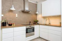 Velkommen til Grenseveien 22. Boligen presenteres og vises av Vidar Tangstad (452 16 222) ved Schala & Partners. Dette er en stor og flott 3-roms selveierleilighet beliggende i byggets 3.etasje. Leiligheten fremstår med god standard og leiligheten er oppgradert i nyere tid med blant annet nytt kjøkken, maling og laminat fra 2017, nyere el-anlegg, samt bad fra 2012. Leiligheten har en velfungere...
