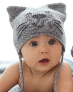 Стильная шапочка с мордочкой котика и митенки для малыша вязаные спицами