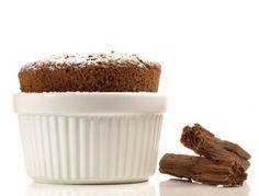 Für das Schoko-Kirsch-Dessert die Butter schaumig rühren, Eigelb nach und nach unterrühren und Mandeln und Vanillezucker hinzufügen. Schokolade auf