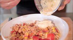 Insalata proteica con farro, fagioli, frutta secca e salsa allo yogurt - Marco Bianchi