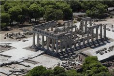 The temple of Aphaia, Aegina ARCHAIC: doric (plain collumns, masculine simple) vs ionic(eastern culture-assyria, egypt; balance harmony and math: basic floorplan Ancient Ruins, Ancient Greece, Ancient Art, Planet Earth 2, Ancient Greek Theatre, Places In Greece, Ancient Beauty, Greece Islands, Beautiful Islands