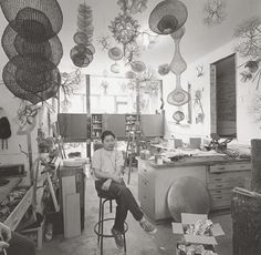 Sculptor Ruth Asawa in her San Francisco studio Sculpture Textile, Sculpture Art, Wire Sculptures, Textile Art, Ruth Asawa, Black Mountain College, Art Public, Art Fil, Robert Motherwell