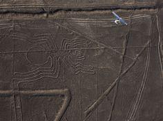 Vista aérea sobre los diseños en el desierto.  Observa la foto de las líneas de Nazca en Perú tomada por Robert Clark.