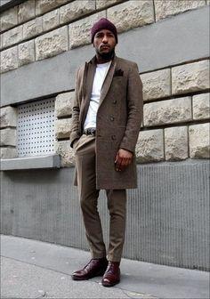 Tenue: Pardessus écossais brun, Costume brun, T-shirt à col rond blanc, Bottes habillées en cuir bordeaux