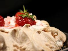 Pavlova Romanian Food, Romanian Recipes, Pavlova, Marshmallow, Camembert Cheese, Deserts, Strawberry, Food And Drink, Ice Cream