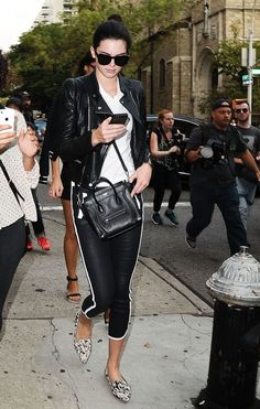 Kendall and Kylie always bring it on the red carpet, but their off-duty looks are just as cute! Check out some of their best street style outfits! Kendall Jenner Mode, Kendall Jenner Birthday, Kim Kardashian Kanye West, Kardashian Style, Fashion Weeks, Phillip Lim, Manolo Blahnik, Evolution Of Fashion, Cooler Look