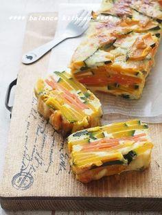 話題のお菓子、ガトーインビジブルに見立てた、野菜たっぷりのキッシュです。 粉は不使用なので、パンやごはんの主食と一緒に食べるおかずとして。作り置きも可能。 下ごしらえも少なく、オーブンにおまかせなので、見た目より簡単!