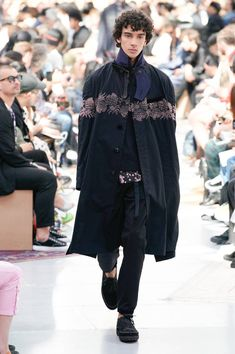 See all the Collection photos from Sacai Spring/Summer 2020 Menswear now on British Vogue Groom Style, Fall Winter, Autumn, Catwalk, Runway Fashion, Fashion Accessories, Vogue, Menswear, Spring Summer