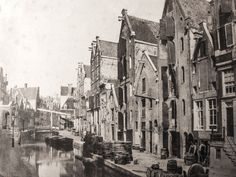 Nieuwezijds Achterburgwal | Nu Spuistraat, gedempt rond 1867 | De achtertuin van de Nieuwezijds Voorburgwal, waar vooral pakhuizen en stallen lagen die bij de huizen op de Voorburgwal hoorden, werd in 1867 gedempt en omgedoopt tot Spuistraat. Het Spui volgde in 1882. Dat maakte het ook mogelijk dat er een paardentram naar het Leidseplein kon rijden.