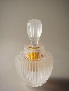 how to make perfume diy Glass Ceramic, Ceramic Design, Antique Glass, Bottle Crafts, Beauty Care, Vintage Ladies, Glass Art, Perfume Bottles, Vase