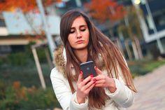 ¿Caminas mirando el móvil? Este video quizá te haga reflexionar  #losteques #Hoy #NellaBisuTej