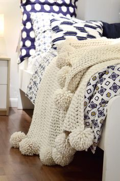 Crochet Patterns Needles Chunky Crochet Throw - one blanket is made using the glacier colour (a beautiful.Ravelry: The Aspyn Throw Blanket pattern by Darling J'Adore Sooooo much! How gorgeous is this blanket for a bedroom or a lounge room? Chunky Blanket, Square Blanket, Afghan Blanket, Wool Blanket, Crochet Simple, Chunky Crochet, Scarf Crochet, Chunky Wool, Manta Crochet