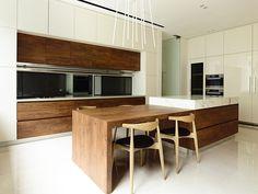 cozinha contemporânea com madeira e mármore