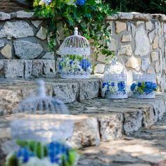 ślub dekoracja wesele plener klatki z kwiatami woal hortensja chabrowy