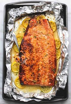 Simple and healthy baked honey lemon garlic salmon in foil is full of flavor and a breeze to use for no-fuss weekend dinners or special occasions. BAKED HONEY-LEMON GARLIC SALMON IN FILM - Healthy eating Claudia Langer Trinks & Food Sim Baked Salmon Recipes, Fish Recipes, Seafood Recipes, Cooking Recipes, Healthy Recipes, Recipies, Honey Lemon Salmon, Salmon Seasoning, Fish Dinner
