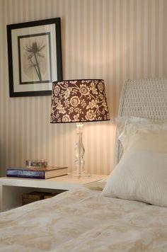 Revestido com papel de parede Stripes da Bucalo, este quarto desenhado por Ana Rita Sousa e Silva, da AR Arquitetura