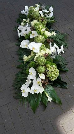 Flower arrangements for the coffin You can find inspiration for the funeral on . Casket Flowers, Altar Flowers, Church Flowers, Deco Floral, Arte Floral, Paper Flower Decor, Flower Decorations, Dad Funeral Flowers, Cemetery Decorations