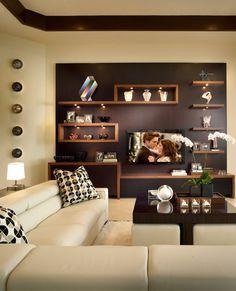 moderne Wohnwand aus Holz stilvoll beleuchtet, asymmetrische Anordnung der Elemente