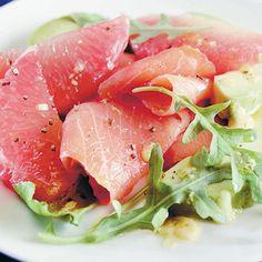 Salade d'avocats, de pomelos et de saumon fumé