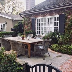 I'm back home after spending the past week in California. The sunshine was good for my soul, and the beach homes left me dreaming of having one of my own. If I had a beach house, I would want it to look a little like this cute cottage with a lovely outdoor entertaining area. #housegoals