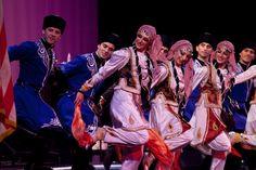 Azerbaijan_folk_dancers_Aydin-Tuna-Palabiykoglu
