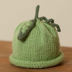 A pea pod baby hat. Inspiration (link no longer exists) Knitted Beanies, Knit Sweaters, Knitted Baby, Knitted Headband, Knit Beanie, Knit Crochet, Pea Pods, Baby Hats Knitting, Baby Blankets