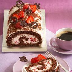 Ein fruchtiges Gebäck mit Erdbeeren und Schokolade für die Kaffeetafel