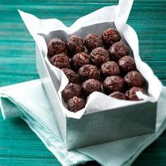 Energy balls with oats, nuts and honey without cooking INGREDIENTS 1 cup oatmeal cup of almond butter cup unsweetened coco. Raw Food Recipes, Snack Recipes, Cooking Recipes, Low Calorie Snacks, Healthy Snacks, Eat For Energy, Sugar Free Diet, Cas, Vegan Christmas
