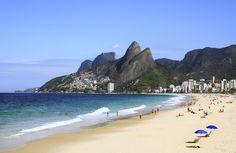 A belíssima Praia do Leblon é uma extensão à direita da Praia de Ipanema, e uma das mais frequentadas do Rio.