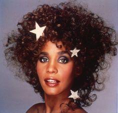 Whitney Houston, destin brisé : Le téléfilm qui a provoqué un . Whitney Houston, Divas, New Jack Swing, 80s Makeup, Vintage Black Glamour, Destin, Pretty Black Girls, Jim Morrison, American Singers