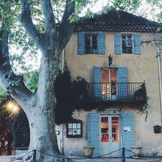 Provence En Plein Air: Dining Outdoors in the South of France Luberon Provence, Provence France, French Cottage, French Country House, Beautiful Homes, Beautiful Places, French Architecture, Yellow Houses, French Countryside