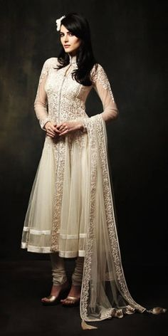 Indian Fashion: The perfect white anarkali. The flower in the hair looks lovely, too. India Fashion, Ethnic Fashion, Asian Fashion, Mode Bollywood, Bollywood Fashion, Desi Wear, Indian Attire, Indian Ethnic Wear, Traditional Fashion