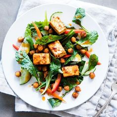 To top this zesty raw kale salad recipe, we toss diced tofu and chickpeas with a flavorful Moroccan-inspired spice mixture before roasting. The hot oven turns the outside of the tofu crisp and the inside pleasantly chewy. Recipes With Chickpea Tofu, Vegetarian Protein, Healthy Eating, Eating Vegan, Vegetarian Entrees, Healthy Habits, Vegan Food, Healthy Foods, Salads