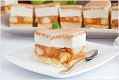 W sezonie na jabłka ciasto kostka jabłkowa będzie pysznym rozwiązaniem na deser. Leciutki biszkopt, warstwa z mnóstwem jabłek, krem śmietankowy i herbatniki zatopione w lukrze cytrynowym. Tiramisu, Cheesecake, Sweets, Cookies, Baking, Ethnic Recipes, Desserts, Pastries, Food