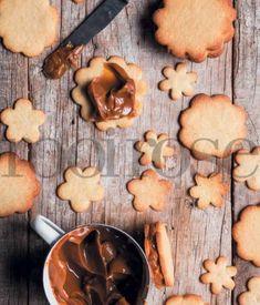Die rolletjies koekdeeg kan ook vir tot drie maande in die vrieskas gehou word, reg om in sirkels gesny te word vir die bakslag. Boonop sal die rolletjies deeg verveelde vakansiekinders ook 'n goeie rukkie besig hou. Ons het die deeg in 3 verdeel … Easy Cookie Recipes, Cake Recipes, Dessert Recipes, No Bake Cookies, No Bake Cake, Kos, A Food, Food And Drink, Homemade Pretzels