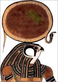 Horus : le dieu du ciel Fils d'Isis et d'Osiris, dieu du ciel et du soleil, il est le protecteur des pharaons. Il est représenté sous la forme d'un homme à tête de faucon portant la double couronne avec le serpent uræus. Il tient la croix ankh et le sceptre ouas. Avec sa queue de taureau, il a tous les attributs du pharaon.