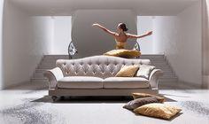 Bemutatunk pár klasszikus kanapét, amelyek egyedülálló formaviláguknak köszönhetően nagyon jól beilleszthetőek klasszikus, vintage stílusú, eklektikus és modern otthonokba is. Lounge, Couch, Modern, Furniture, Vintage, Home Decor, Chair, Airport Lounge, Drawing Rooms