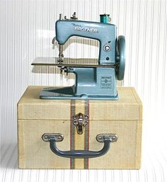 Childs sewing machine!: Beauty!