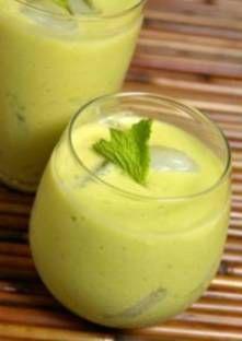 Smoothie avocat-agrumes : 1 banane, 1/2 avocat, 1/2 C lait d'amandes, 1 orange, qq cc jus de citron, 1 cc miel