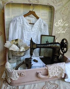 Vintage Sewing Vintage Suitcase Display With Doilies, Clothing, Photos, Singer Sewing Machine, etc. Shabby Chic Stil, Vintage Shabby Chic, Shabby Chic Decor, Vintage Shops, Vintage Linen, Vintage Market, Antique Shops, Vintage Stuff, Vintage Antiques